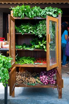 Clean Eating breakout - an Armoire of fresh herbs, presented by. Farmers Market Display, Market Displays, Tienda Natural, Produce Displays, Food Stands, Market Garden, Fresh Market, Market Stalls, Diy Garden Projects