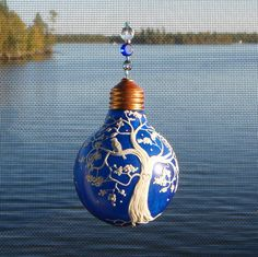 Upcycled Lightbulb Ornament... gorgeous.