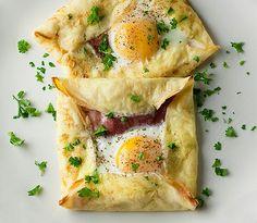 Deze eierpannenkoekjes zijn heel simpel. Maak een beslag van: 2 eieren 1-2 eetlepels kokosmeel Genoeg water om voor een dun beslag Peper, zout en kruiden naar smaak  Leg een paar plakken ham of bacon op een pannenkoek en vouw er een mooi pakketje van. Breek een ei in het midden en bak in de oven (180 graden) totdat het ei gaar is!