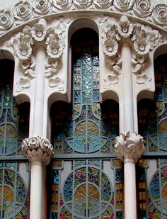 Casa Navàs is a modernist buildings in the city of Reus, Catalonia, Spain. Casa Navàs is a building designed by Catalan architect Lluís Domènech i Montaner, located in the city's Plaça del Mercadal. Joaquim Navàs Padró of Reus contracted Lluís Domènech i Beautiful Architecture, Art And Architecture, Architecture Details, Art Nouveau Arquitectura, Barcelona Architecture, Building Design, Facade, Stained Glass, Art Decor