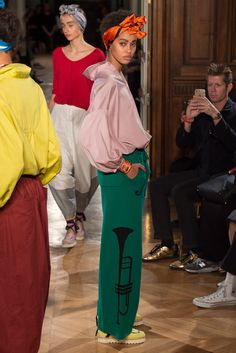 Undercover Spring 2017 Ready-to-Wear Fashion Show - Samile Bermannelli Catwalk Fashion, Fashion 2017, Spring Fashion, Fashion Brands, Fashion Show, Fashion Design, Pretty Outfits, Cool Outfits, Catty Noir