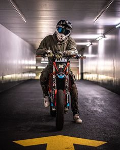 only if you want speed / photo of bikes / tricks / hotter / girls on moto / welcome gentlemen Ktm Dirt Bikes, Ktm Motorcycles, Off Road Bikes, Stunt Bike, Moto Bike, Motorcycle Bike, Motard Bikes, Yamaha Rx 135, Biker Photoshoot