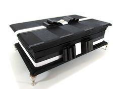 Caixa kit toalete para festa de casamento ou aniversário.  Possui bordado na tampa interna e pés cromados.  Consulte preço com produtos e embalagens personalizadas.  Temos outros tecidos.  Tamanho 33cm x 25cm x 6cm