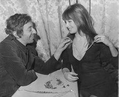 Serge Gainsbourg offre un collier Boucheron en diamant à Jane Birkin en 1969