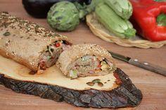 Il rotolo di pizza integrale alle verdure è un rustico saporito e con un ricco ripieno a base di verdure di stagione con prosciutto e formaggio.