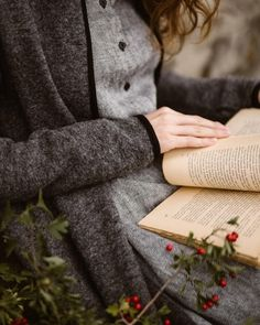 A Good book, cozy layers and Autumn flowers. How is your Sunday going?❤ The Twill Linen Classic Dress and Garden Coat in Grey Frost💫… I Love Books, Good Books, Books To Read, Reading Books, Girl Reading Book, Woman Reading, Reading Quotes, Library Books, Book Quotes