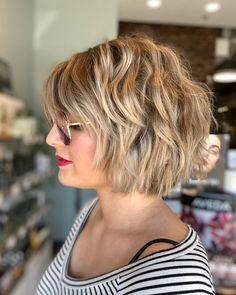 This textured chin length cut with curtain bangs is a favorite summer short hair Curtain Bangs bangs chin Curtain cut favorite Hair length Short summer Textured Short Hairstyles For Thick Hair, Choppy Bob Hairstyles, Short Hair With Layers, Chin Length Hairstyles, Makeup For Short Hair, Hair Layers, Classy Hairstyles, Medium Hair Styles, Curly Hair Styles