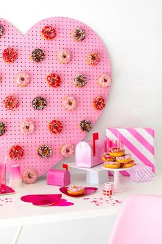 Valentines Day Wedding Ideas for the Modern Day Couple valentines day wedding dessert table – pink donut wall – Valentines Day Weddings – Valentines Valentine Theme, Valentines Day Weddings, Valentines Day Party, Valentines Day Decorations, Vintage Valentines, Valentinstag Party, Bid Day Themes, Party Themes, Party Ideas