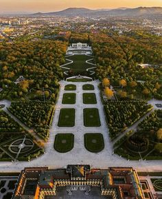 🏛️ Welcome to Schloss Schönbrunn ( one of the most brilliant symbols of the Austrian empire 👑 This incredible palace was the summer residence of the Habsburg family. Austrian Empire, Vienna State Opera, Austria Travel, Relaxing Day, Vienna Austria, Amazing Destinations, Travel Destinations, Beautiful Gardens, Places To Travel