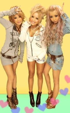 Super cute Gyaru in purikura booth!