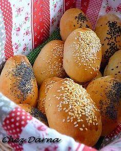 Vous vous réveillez le matin,mais pas de pain à la maison? cette recette est pour vous! vous aurez vos mini pains en moins de 30 mn pas mal non?? il faut juste avoir du yaourt nature de la farine et de la levure chimique! ne vous détrompez surtout pas!...