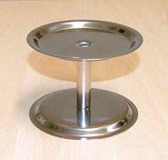 Alzatina per Vetrina  Altezza variabile a seconda delle necessità. MATERIALE: acciaio inox. PROPRIETÀ: permette di recuperare spazio nelle vetrine frigo e conferisce alta visibilità ai prodotti. Estrema durata.