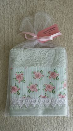 Toalha Refinada @toalharefinada  escrevaparafernanda@gmail.com e encomende a sua! Baby Sewing Projects, Sewing Crafts, Bathroom Baskets, Fabric Gift Bags, Towel Crafts, Towel Wrap, Shabby Chic Crafts, Decorative Towels, Linens And Lace