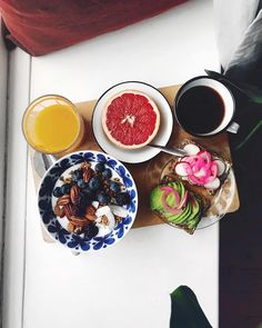 """1,605 Me gusta, 11 comentarios - SEBASTIAN (@mosebacke) en Instagram: """"Tisdag o frukost i fönster med gigantisk monstera som sällskap! 🍃🍞☕️🍊 + picklad rödlök 👌🏼"""""""