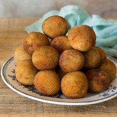 Homemade vegan croquettes, with chickpea as the main ingredient: cooked and in the form of flour. Simple, fast and suitable recipe for the whole family. Vegan Vegetarian, Vegetarian Recipes, Cooking Recipes, Vegan Food, Vegan Croquettes, Tapas, Cocina Natural, Food Porn, Healthy Recepies