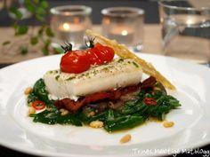Ovnsbakt torsk med spinatsalat, tomater, bacon og parmesanchips Cheesesteak, Cod, Seafood, Healthy Eating, Lunch, Beef, Dinner, Ethnic Recipes, Fish