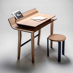 Lucie Koldova, designer industriel a conçu ce bureau composé de 2 feuilles pliées de contreplaqué.  La feuille la plus petite semble en lévitation au-dessus d'une plus grande, créant ainsi un espace de stockage entre les deux, parfait pour un ordinateur portable ou un clavier. Des proportions élégantes, des courbes délicates et une combinaison attrayantes de couleurs vives couplées au beau font de ce bureau une pièce réussie. Wood Furniture, Modern Furniture, Furniture Design, Desk Storage, Storage Spaces, Sala Vintage, Muebles Art Deco, Bureau Design, Table Desk