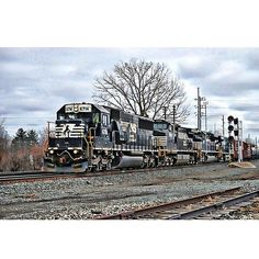 #norfolksouthern #mp208elyriaohio #nsrailfans #pocket_rail #trb_express #railways_of_our_world #trains_worldwide #eisenbahnphotographie #train_chasers by nkp_776