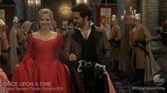 Killian and Emma introduce themselves to King Midas in Snow Drifts (3x21).