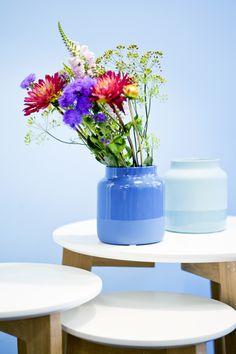 Ob maritim, sommerlich oder schlicht modern, mit der VASE DIPBLUE sind viele Looks möglich.  Sie überzeugt sowohl in matt-glänzend, als auch in glänzend-matt in beiden Farbtönen mit ihrer angesagten Dipfärbung und der einladenden Form. Form, Planter Pots, Modern, Home Decor, Vases, Trendy Tree, Decoration Home, Room Decor, Interior Design