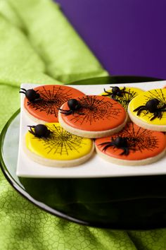 Fondant spiders are easy to make and can be used to decorate cakes, cupcakes, and cookies. You can add them to the top of brownie or chocolate covered oreo. No Bake Sugar Cookies, Leaf Cookies, Spider Cookies, Rose Cookies, Fondant Cookies, Fun Cookies, Cupcakes, Decorated Cookies, Halloween Baking