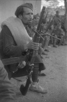 """Soldados """"nacionales"""" en el Frente de Carabanchel. 1936. ATENCIÓN al calzado del soldado."""