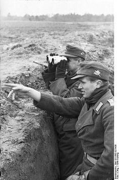 Russie 1944, des officiers du 18e bataillon lourd de Lance-roquettes (Werfer-Btl. 18) de la 1er division de Chasseurs à ski. Remarquer le 18 sur les pattes d'épaules et l'insigne de l'unité sur la casquette (Einheitsfeldmütze M43). Pin by Paolo Marzioli