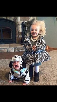 Love themed or coordinating sibling Halloween costumes? Here's some ideas for coordinating Halloween costumes for sisters! Halloween Costumes For Sisters, Casa Halloween, Halloween Tags, Theme Halloween, Halloween 2015, Cute Costumes, Family Halloween, Women Halloween, Halloween Makeup