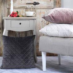 Τα διακοσμητικά μαξιλάρια μπορούν να ανανεώσουν εύκολα και οικονομικά τον χώρο του σπιτιού σας, δίνοντας του μια πιο φρέσκια και ανάλαφρη διάθεση. Nightstand, Table, Furniture, Home Decor, Decoration Home, Room Decor, Night Stand, Tables, Home Furnishings