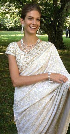 American fashion model Kendra Spears (now Princess Salwa Aga Khan) married Prince Rahim Aga Khan in 2013 in this stunning white brocade bridal sari with light gold beading throughout. Wedding Sari, Wedding Attire, Wedding Dresses, Bridal Sari, Gold Wedding, Indian Dresses, Indian Outfits, Asian Fashion, Look Fashion