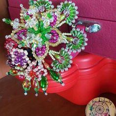 Hermosos tembleques con incrustaciones de vidrios y cristales. Pedidos al: 67132350 #tembleques #cristales #panama #panamacity #culturapanama