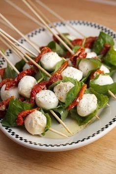 Arrume num espetinho,bolinhas de mussarela de bufala embrulhadas em folhas de rúcula e tomate seco. Vá seguindo esta ordem até completar 3...