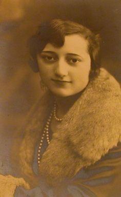 Mi tía abuela Pilar Colás, a la que no conocí o no recuerdo. Pero su nombre y apellido me acompañan, Aunque su segundo apellido es otro: Zapardiel. Su marido murió en la guerra, y jamás volvió a casarse. Madrid, 1928.