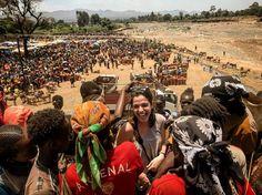 Reír? Llorar? No sabemos qué hacer esto no se puede describir es increíble. Estamos en África y las emociones están totalmente desbordadas... queremos contarlo todo pero es inabarcable. Se me caen las lágrimas mientras escribo esto todo está a flor de piel... solo podemos decir que ya estamos enamorados de Etiopía!  Mercado desconocido de camino de Konso Etiopía. #travel #traveling #travelgram #travelblogger #viaje #viajar #mercado #africa #childs #kids #amazing #happiness #happy #love #amor…