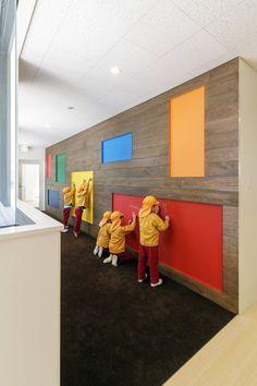 日本幼兒園C.O Kindergarten and Nursery 讓小朋友可以在牆上畫畫好有趣喔 ☺ pic via HIBINOSEKKEI + Youji no Shiro