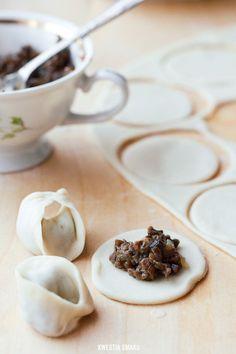 Uszka grzybowe (dobry przepis na ciasto). Można dodać pieczarek podczas gotowania farszu.
