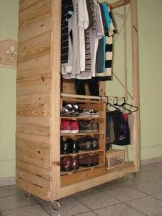 66 ideas closet pequeno rustico for 2019 Wooden Pallet Projects, Wooden Pallet Furniture, Wooden Pallets, Diy Pallet, Pallet Ideas, Pallet Wardrobe, Pallet Closet, Corner Closet Organizer, Standing Closet