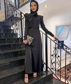 Simple Black Outfit Ideas With Hijab - If You Love Black Outfits, Then You Will Love This Post. Lots Of Ideas To Inspire You On Black Street Outfit Ideas , Casual Black Outfits, Simple Black Outfits, Summer Black Outfit Ideas, Basic Black Outfit Ideas And Much More #hijab #hijaboutfit #hijabfadhion #hijabdress #muslimshfashion #muslimah