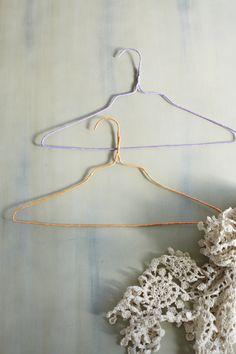 ワイヤーハンガーにぐるぐる巻くだけで、カラフルなハンガーに。/マスキングテープ使い倒しidea(「はんど&はあと」2013年2月号)