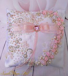 Cojín para alianzas, cojín  blanco, cojín portador, anillos de boda, cojín flores, cojín perlas, cojín nupcial, satén blanco, boda romántica de SweetMoonArt en Etsy