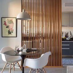 Ripas de madeira com função de parede!! É uma ótima opção para divisão de pequenos espaços sem enclausurar o ambiente.