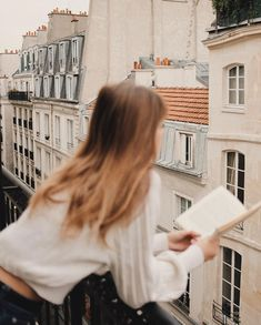 Colour Inspiration: A New Year & January Whites - ornate boiserie and chandeliers, bed linens and baths, Parisian streets, cosy knits and fluffy kittens. Instagram Look, Look Here, Summer Dress Outfits, Casual Outfits, Beige Aesthetic, Foto Pose, Jolie Photo, Parisian Chic, Minimalist Fashion