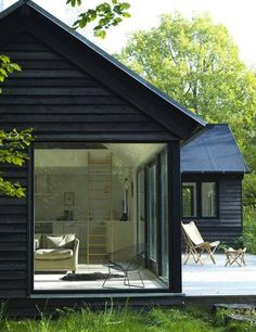 Bardzo dużo drewna, nowoczesności i kontaktu z naturą - czyli coś, co lubimy najbardziej! 😍 Kto chciałby odpocząć w takim domku wakacyjnym?  Foto: http://bit.ly/2w53Ihf