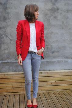 Veste rouge et slim gris, blouse blanche, ballerines rouges