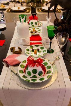 Decoração lúdica que forma um boneco de neve com os pratos