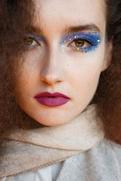 We have summed up the raging beauty trends right from the spring/summer 2016 runways. Get ready to indulge in Spring/Summer 2016 Hair and Makeup Trends. Circus Makeup, 80s Makeup, Beauty Makeup, Hair Makeup, Makeup Trends, Beauty Trends, Shimmer Eye Makeup, Glitter Makeup, Makeup 2016