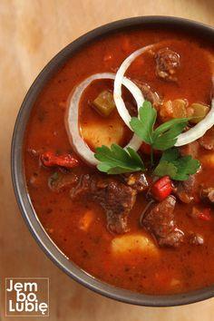 """Bogracz czyli jedna z najlepszych potraw kuchni polskiej. To nie pomyłka. Bogracz, choć mocno inspirowany kuchnią węgierską, stanowi część rodzimej sztuki kulinarnej. Jak ryba po grecku albo pierogi ruskie. """"Bogrács""""to po węgiersku po prostu kociołek mocowany na trójnogu, który stawia się nad ogniskiem i najczęściej … Beef Recipes, Soup Recipes, Cooking Recipes, Healthy Dishes, Healthy Recipes, Hungarian Recipes, Food Porn, Good Food, Food And Drink"""