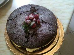 Torta di compleanno al cioccolato amaro, crema pasticcera al mascarpone e lamponi freschi (con crepe).