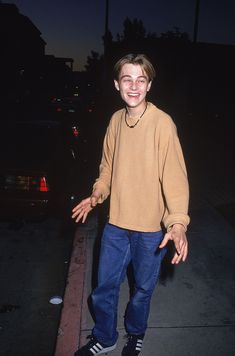 Young Photos of Leonardo Dicaprio Leonard Dicaprio, Young Leonardo Dicaprio, Leonardo Dicaprio Smoking, Hip Hop Outfits, Beautiful Boys, Pretty Boys, Johny Depp, Skater Boys, Fresh Prince