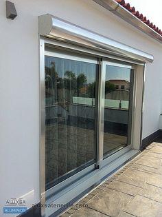 Puerta de corredera con persiana  de aluminio en color plata. Tenerife